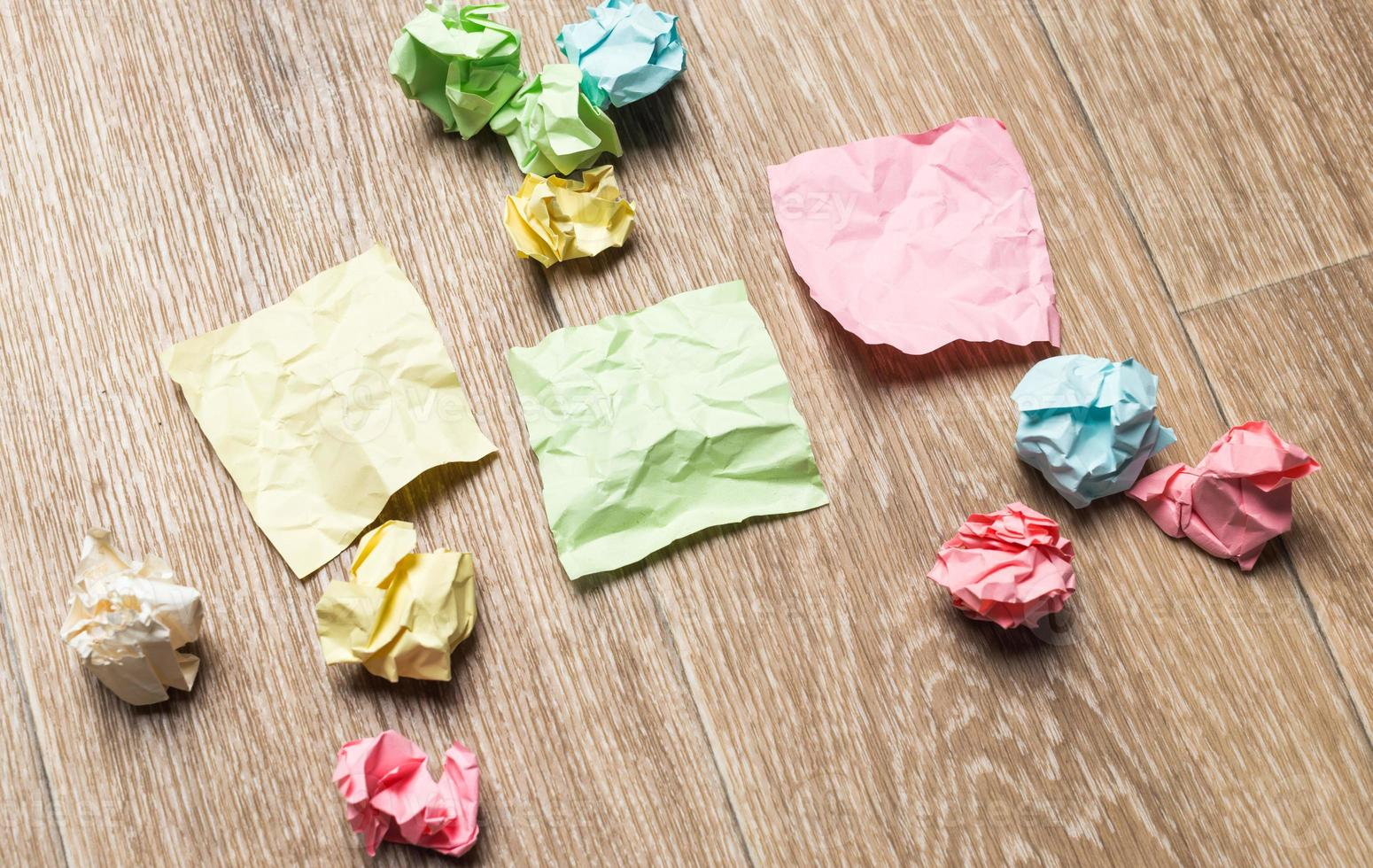 zerknitterte Papierbündel mit leerem Papier foto