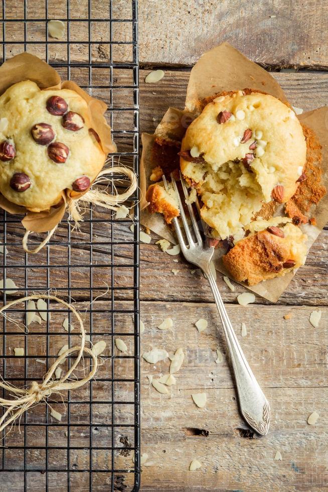 Verkostung von Vanille-Muffins mit Nüssen foto