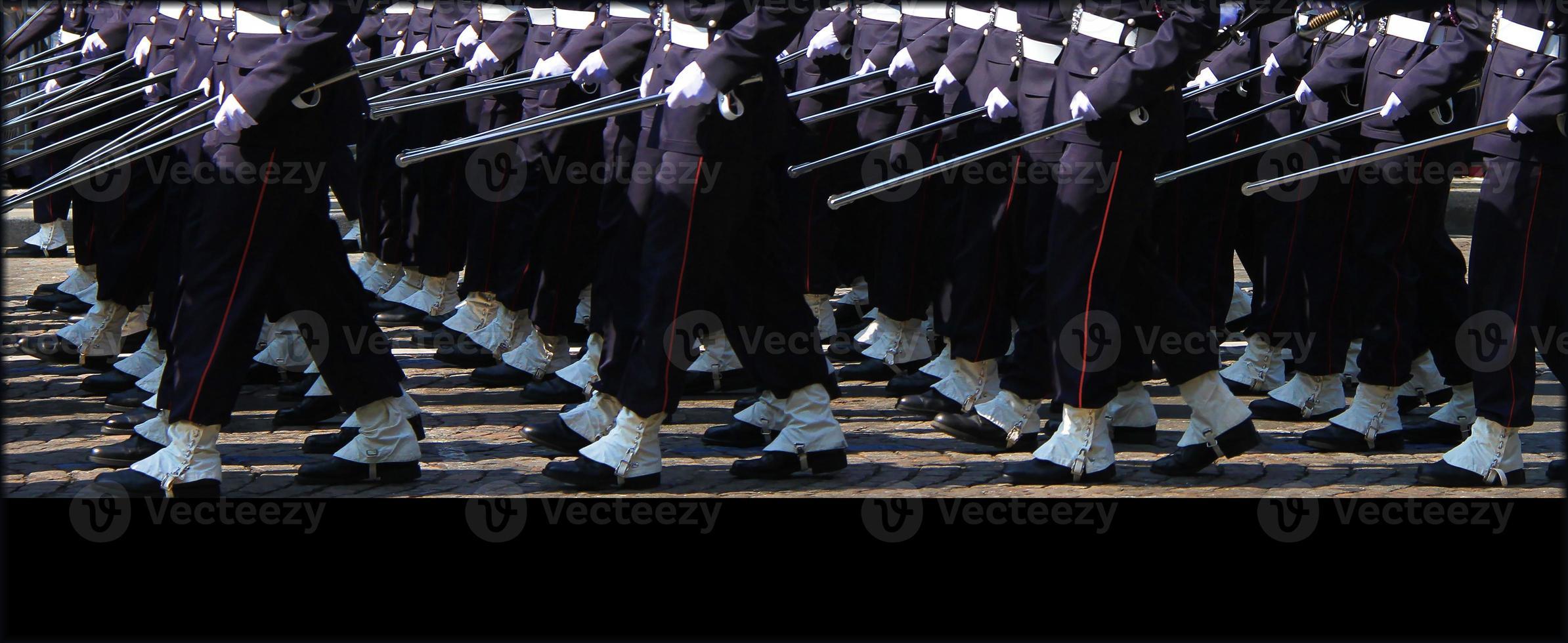 Beine der Truppen marschieren am 14. Juli in Paris foto