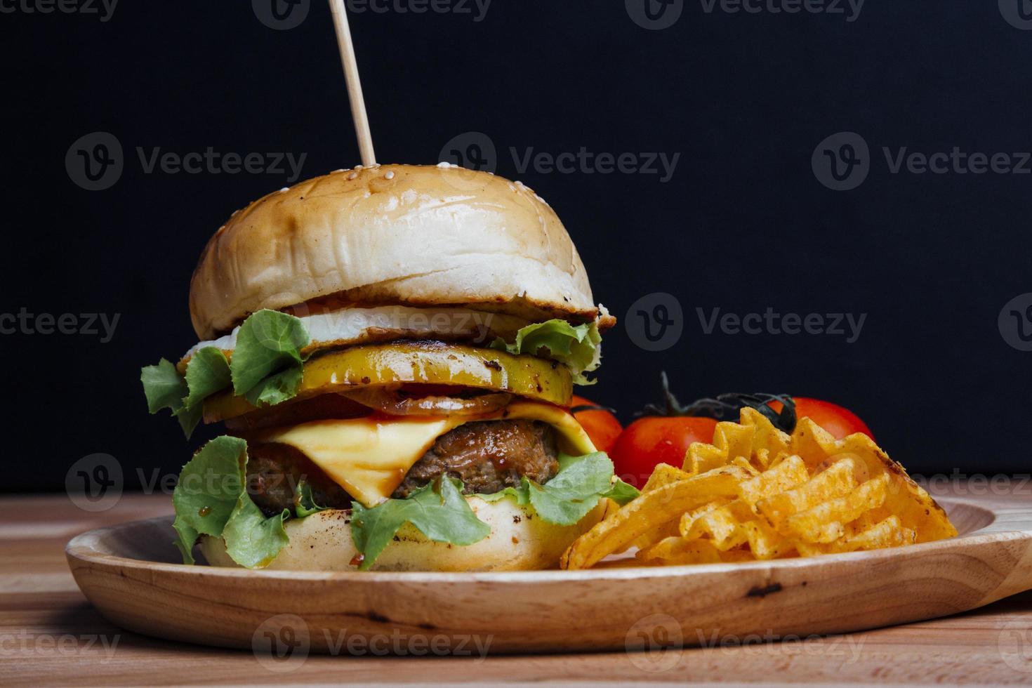 Hamburger auf schwarzem Hintergrund mit Copyspace foto