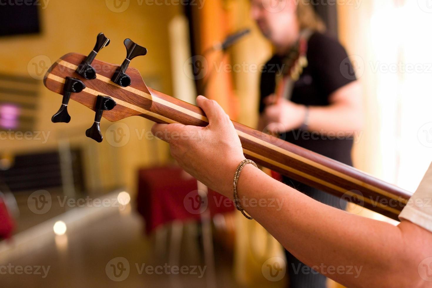 Musiker spielen auf Bassgitarre # 2 foto
