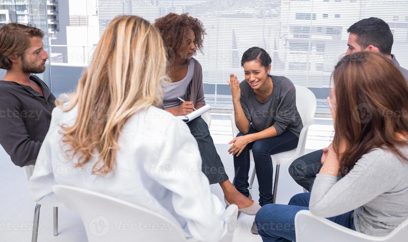 Frau wird in der Gruppentherapie depressiv foto