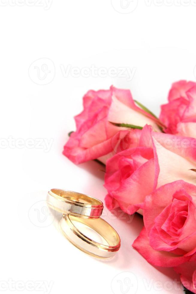 Eheringe und Rosen foto