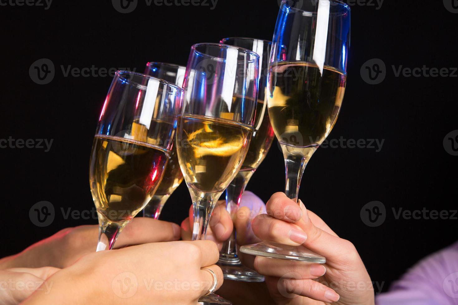 Champagnergläser beim Toasten foto