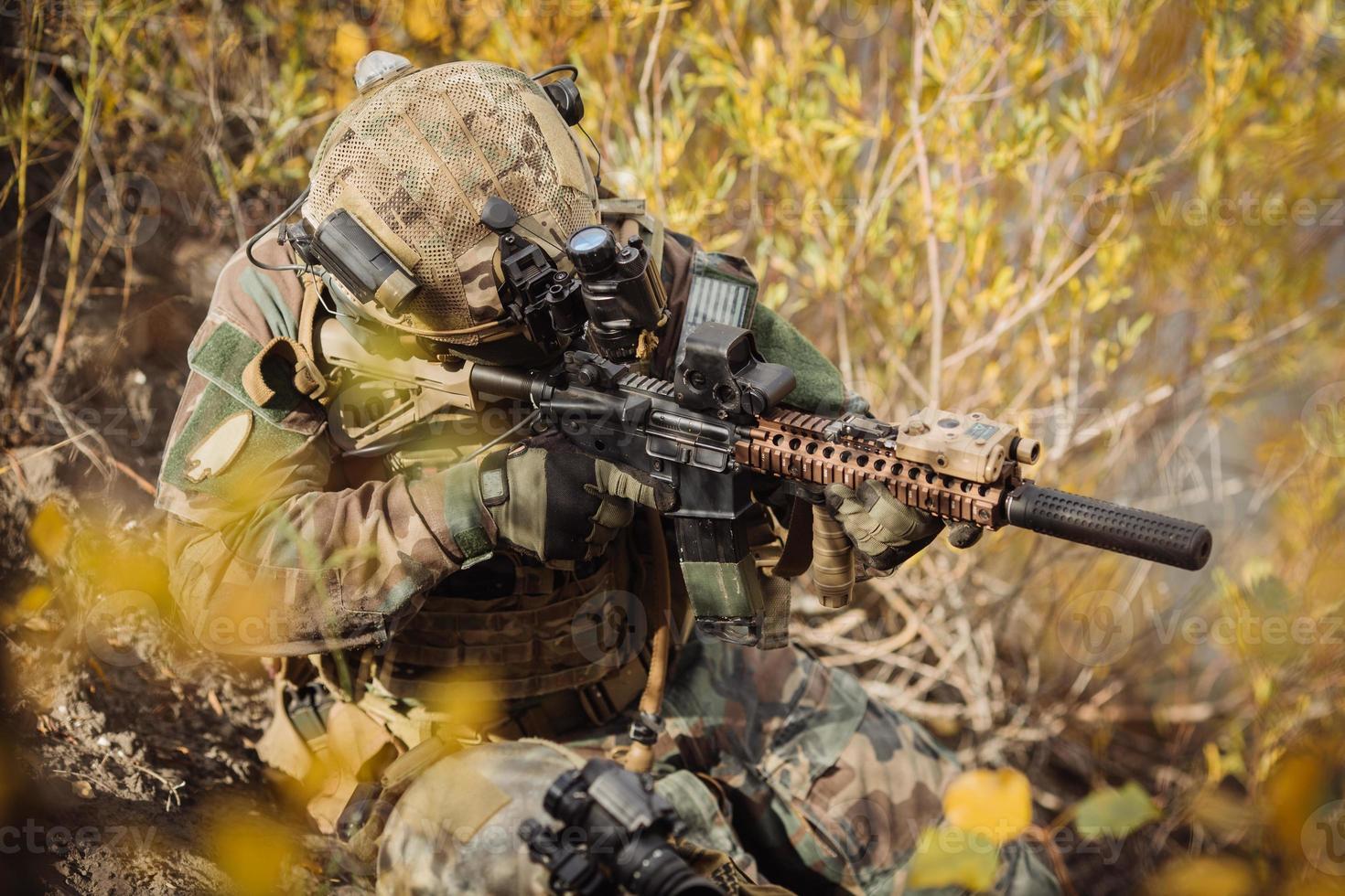 Soldatenteam, das auf ein Ziel von Waffen zielt foto