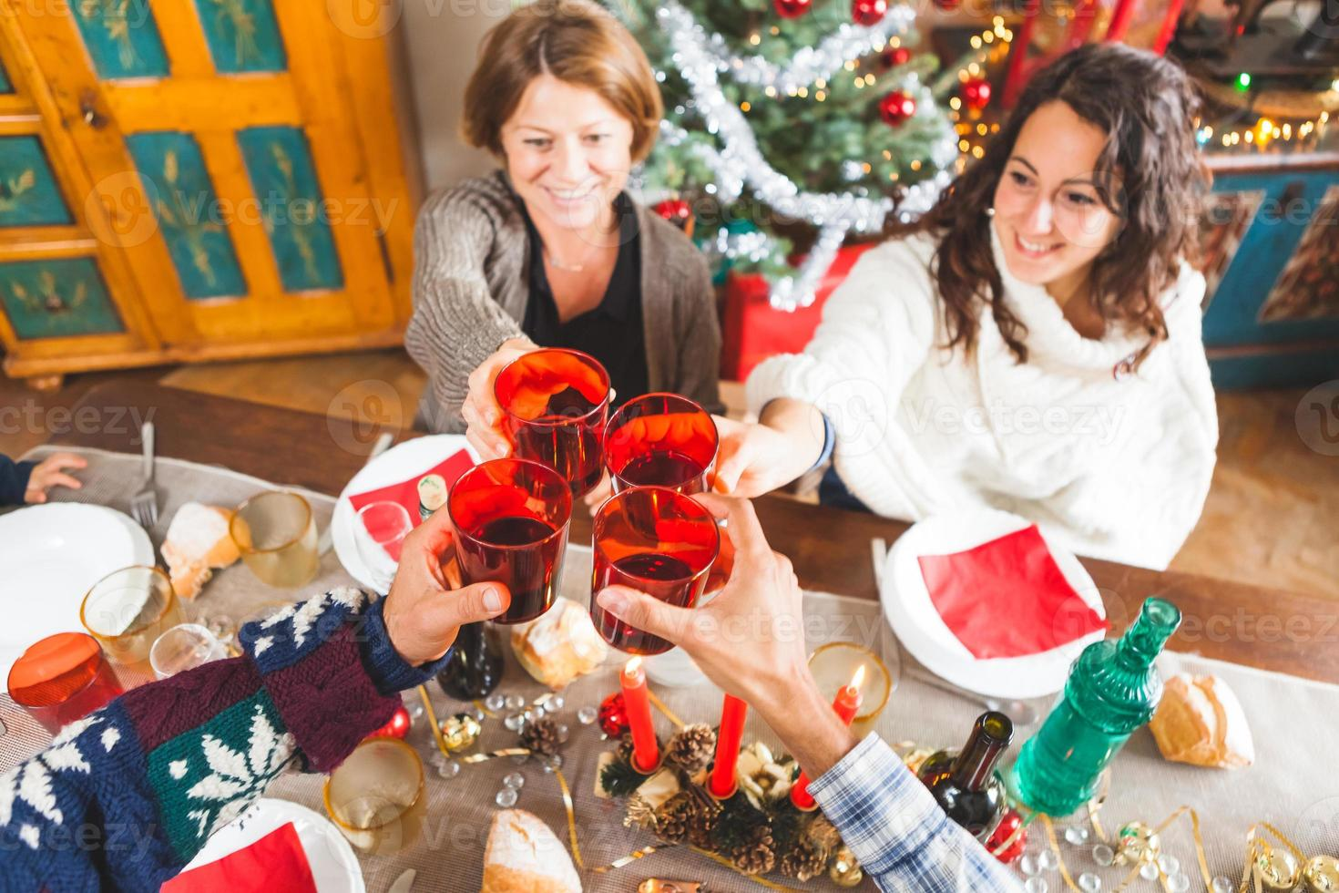 Familie Toast für Weihnachtsessen zu Hause foto