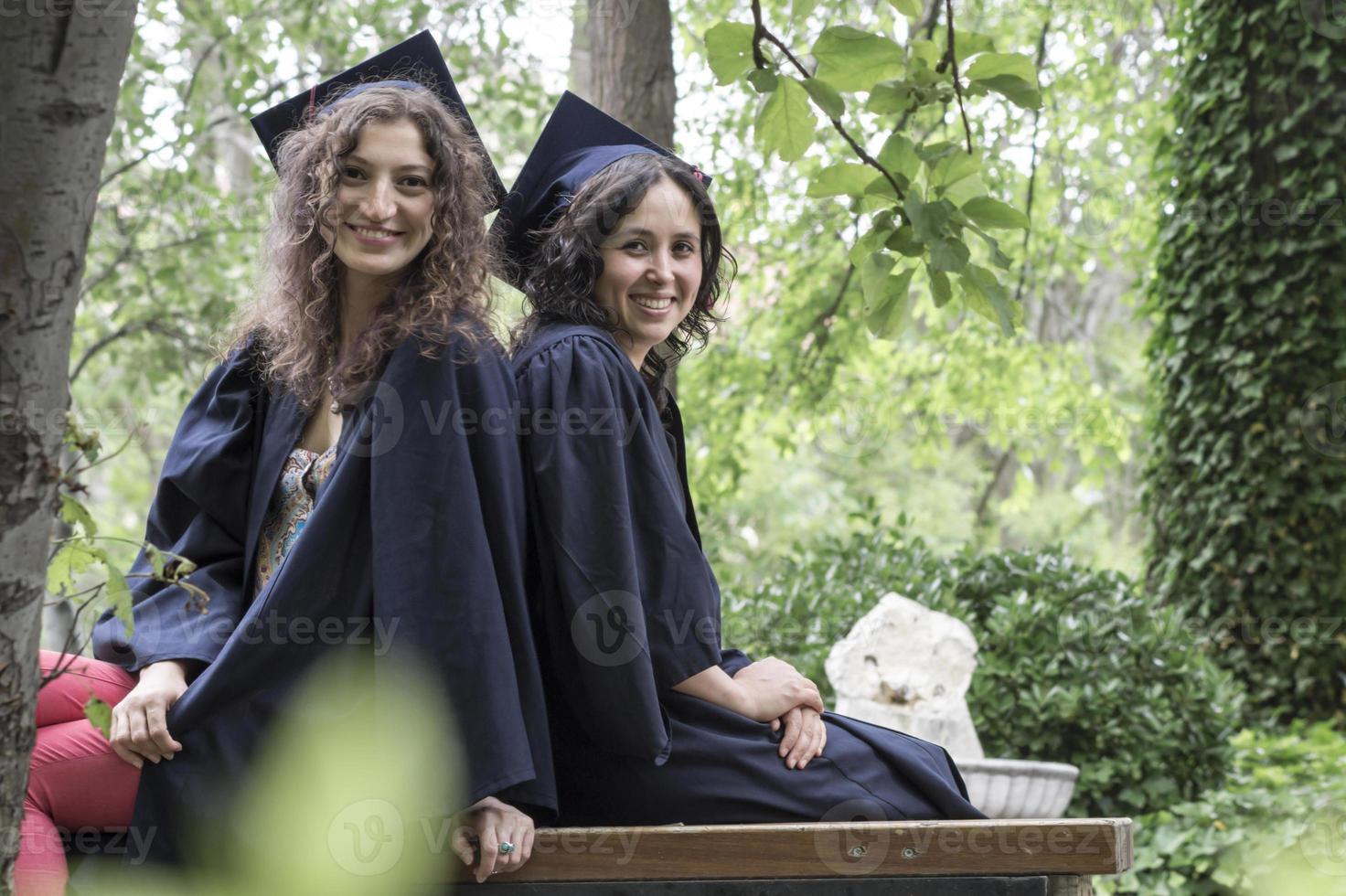 glückliche graduierte Mädchen im Park foto