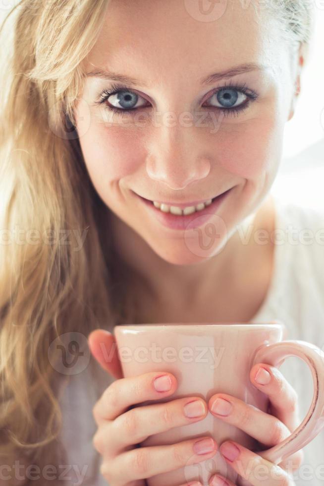 Frau trinkt foto