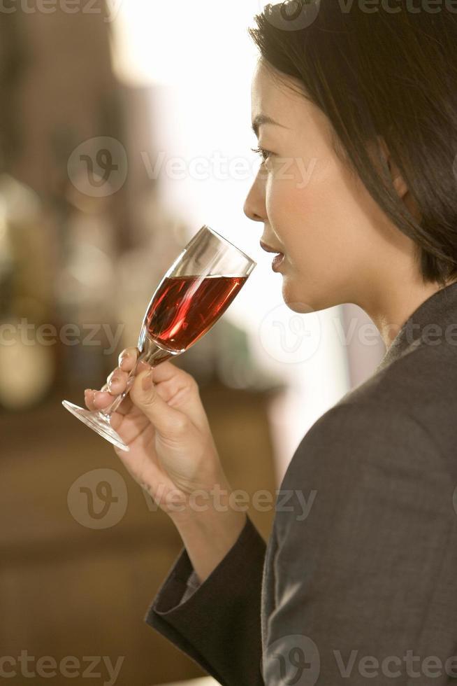 Frau trinkt Alkohol foto