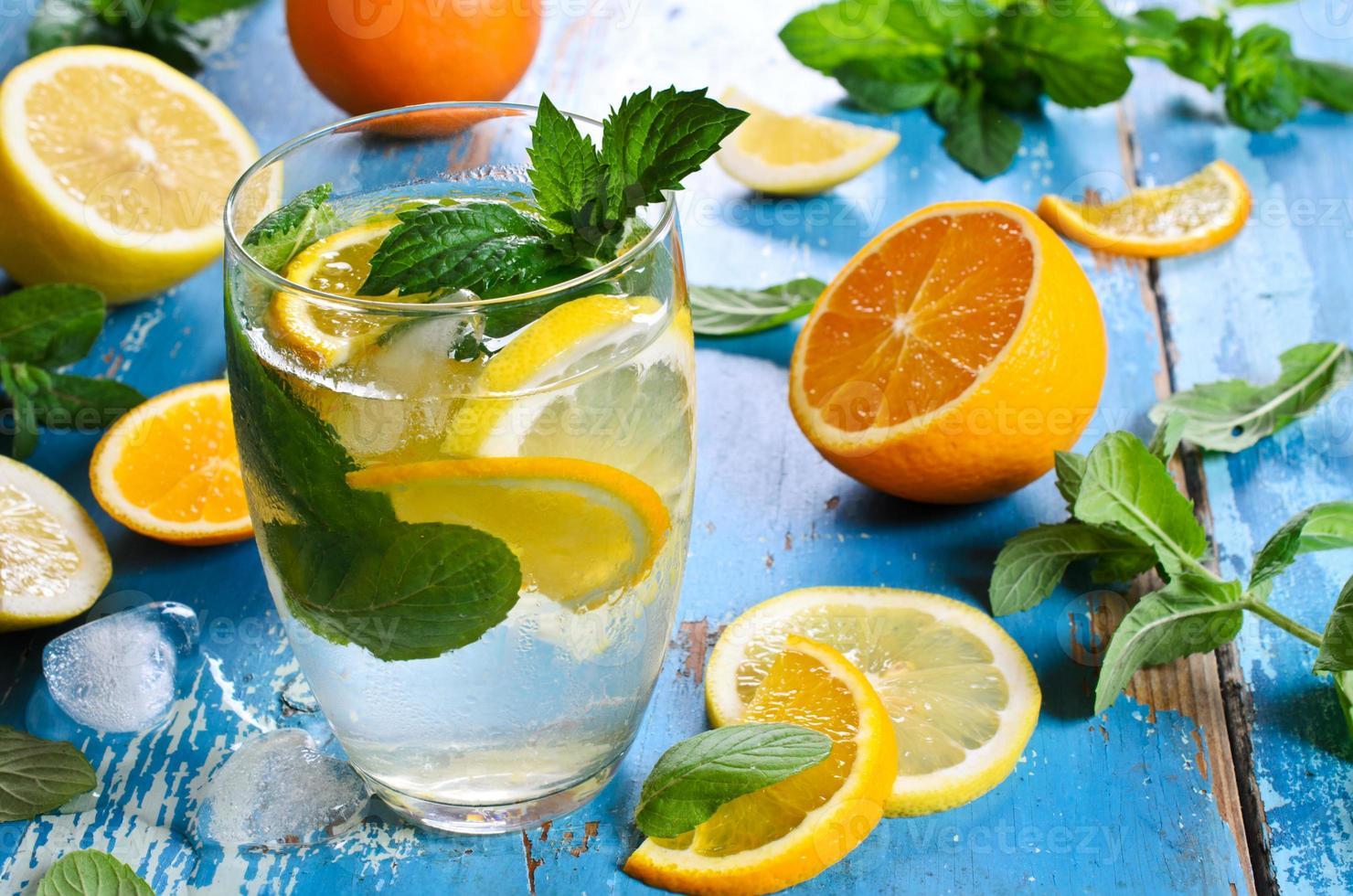 mit Zitrusfrüchten trinken foto