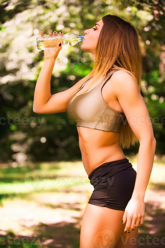 gesunde Frau trinkt Wasser foto