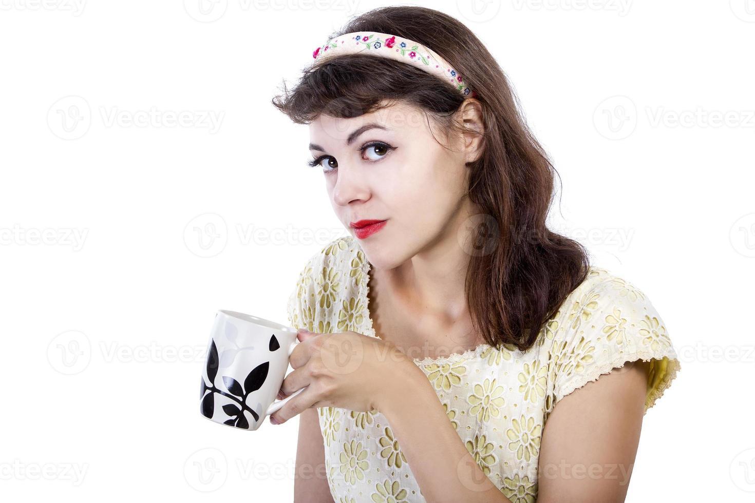 Frau trinkt heißen Tee foto