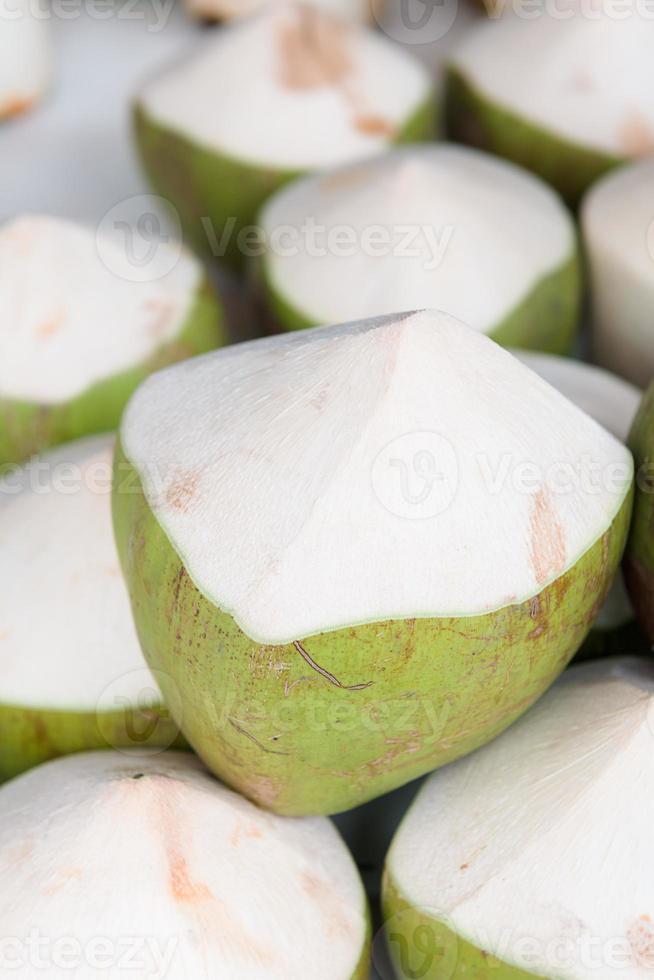 junge Kokosnuss zum Trinken foto