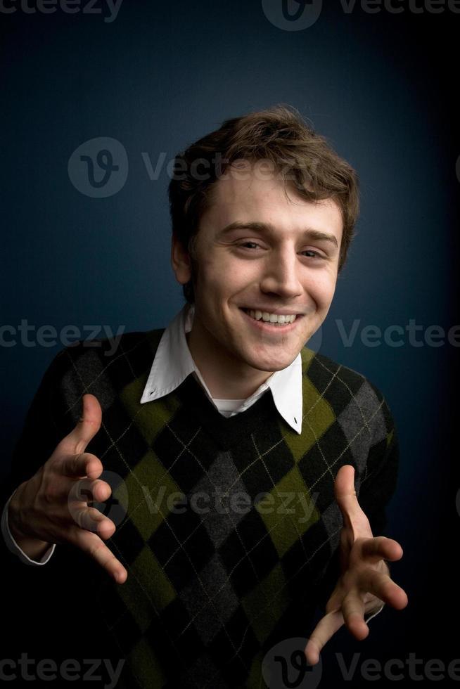junger Mann, der in die Kamera lächelt foto