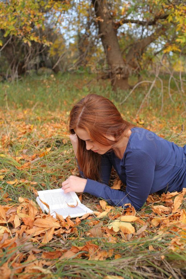 schönes Mädchen, das ein offenes Buch hält foto