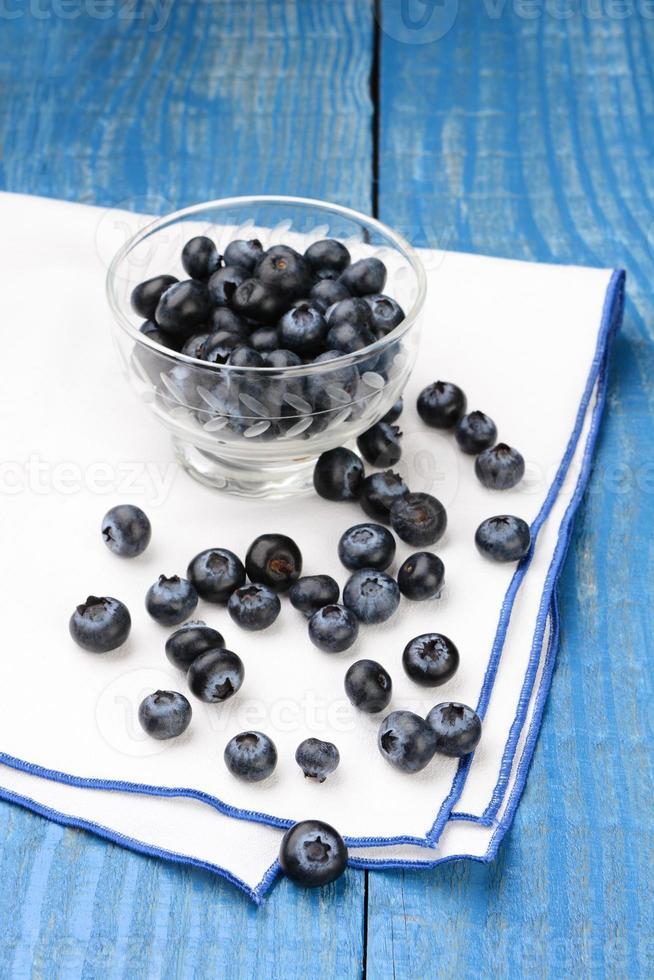 Blaubeeren auf Serviette und blauem Tisch foto