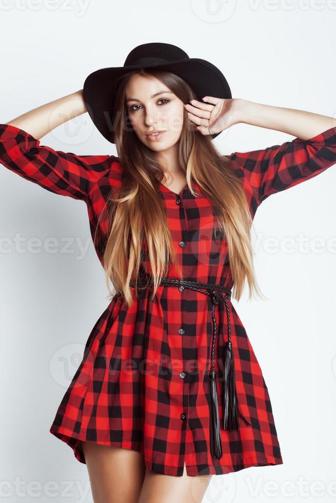 junge hübsche Brünette Mädchen Hipster im Hut auf weißem Hintergrund foto