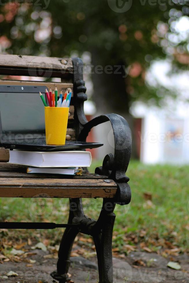 Bücher auf einer Bank im Schuljahr foto