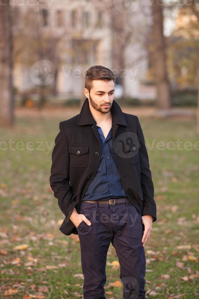 kluger junger Geschäftsmann mit Bart in der Pause foto