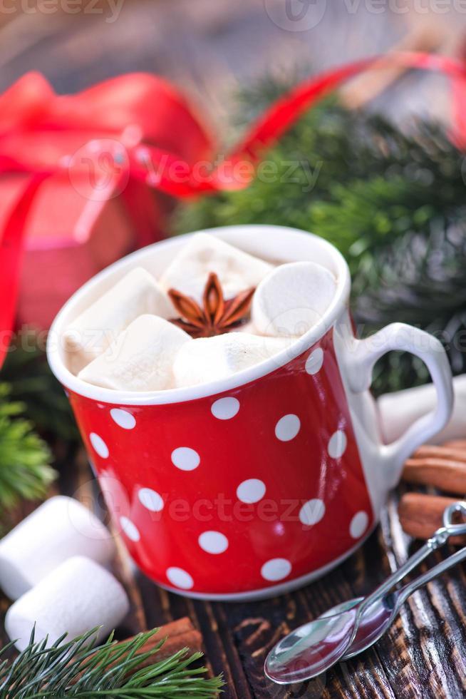 heißes Getränk mit Marshmallows foto