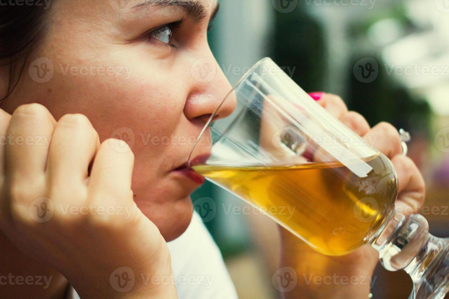 Frau, die etwas trinkt foto
