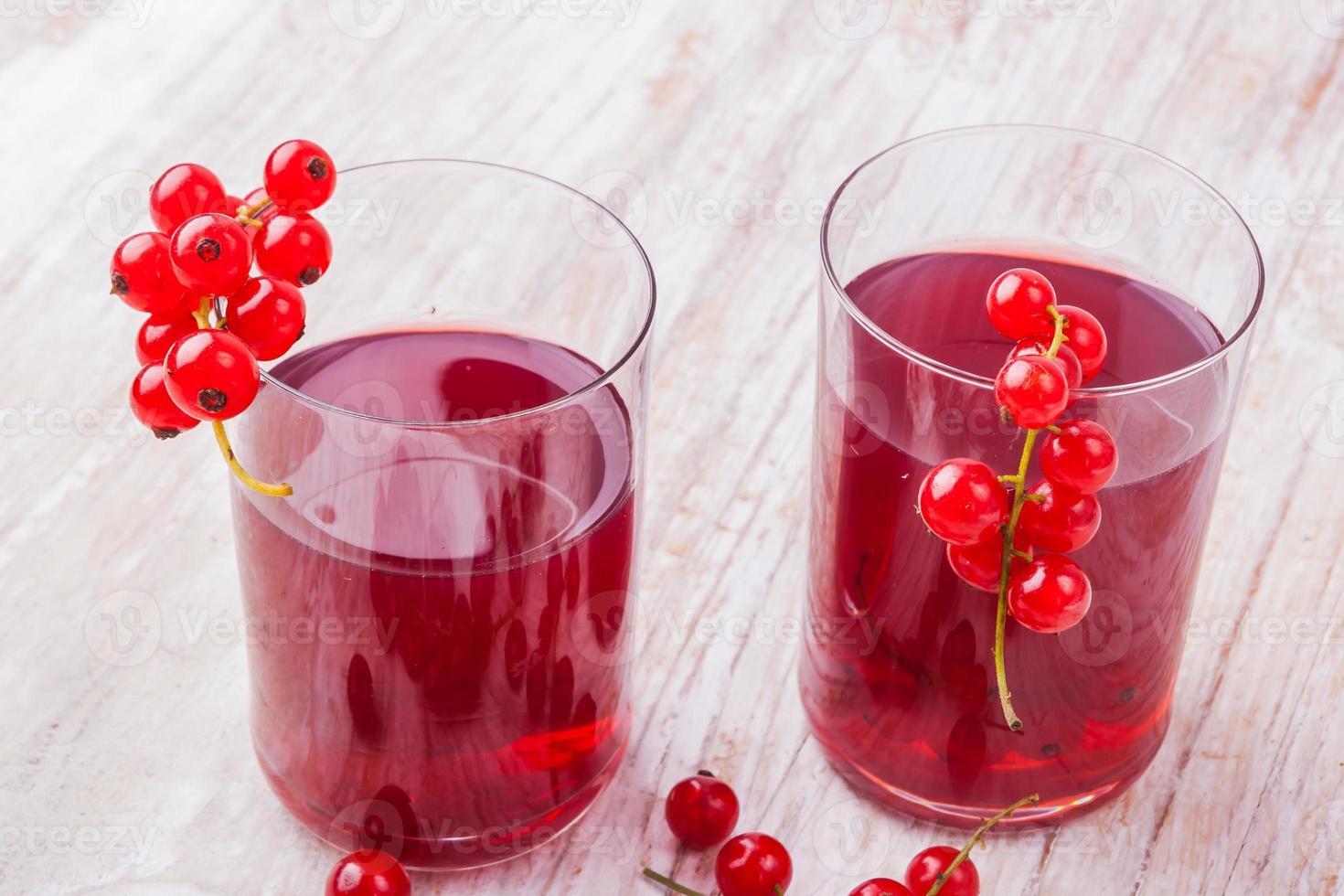 Getränk mit roten Johannisbeeren in Glassen foto