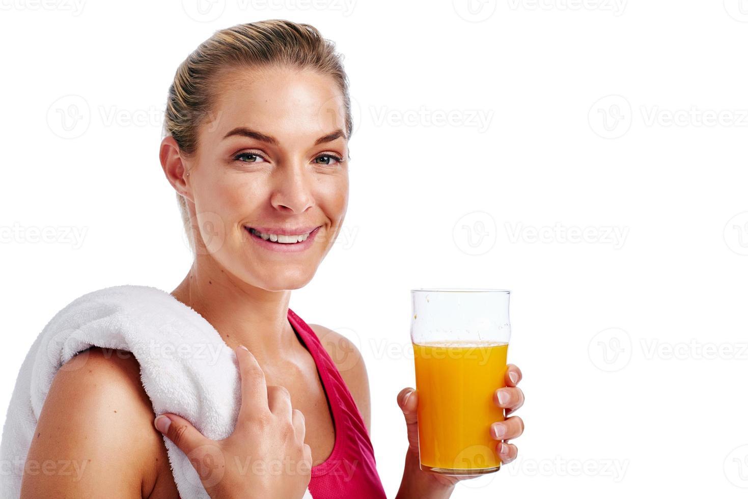 Trainingsfrau, die Saft trinkt foto