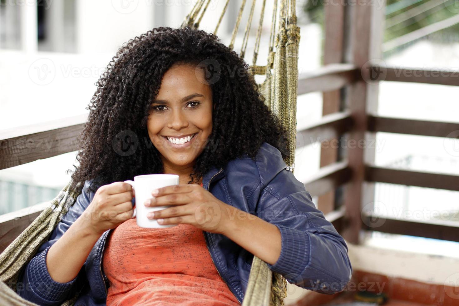 Brünette Frau trinkt Kaffee foto