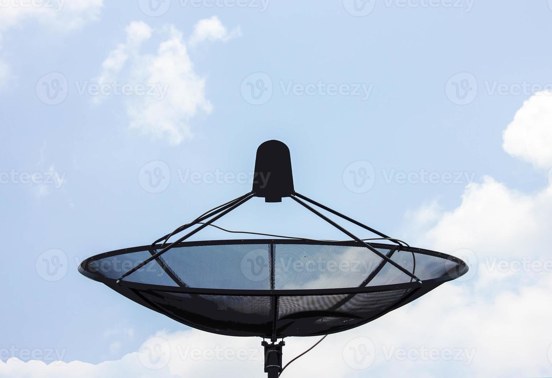 Satellitenschüssel auf dem Dach foto