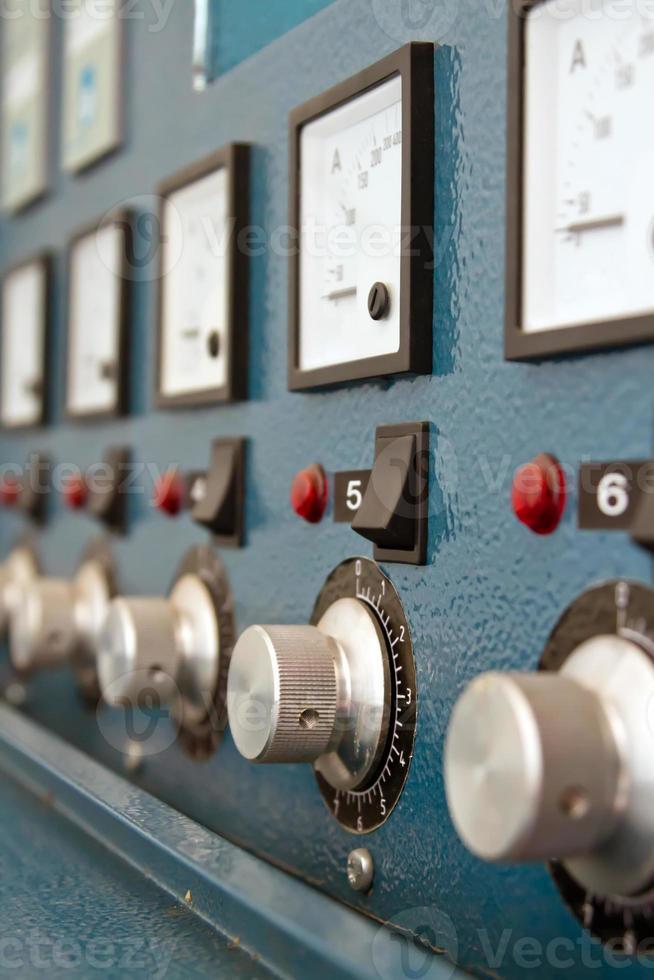 Instrumententafel mit Leistungsschaltern und Schaltern foto