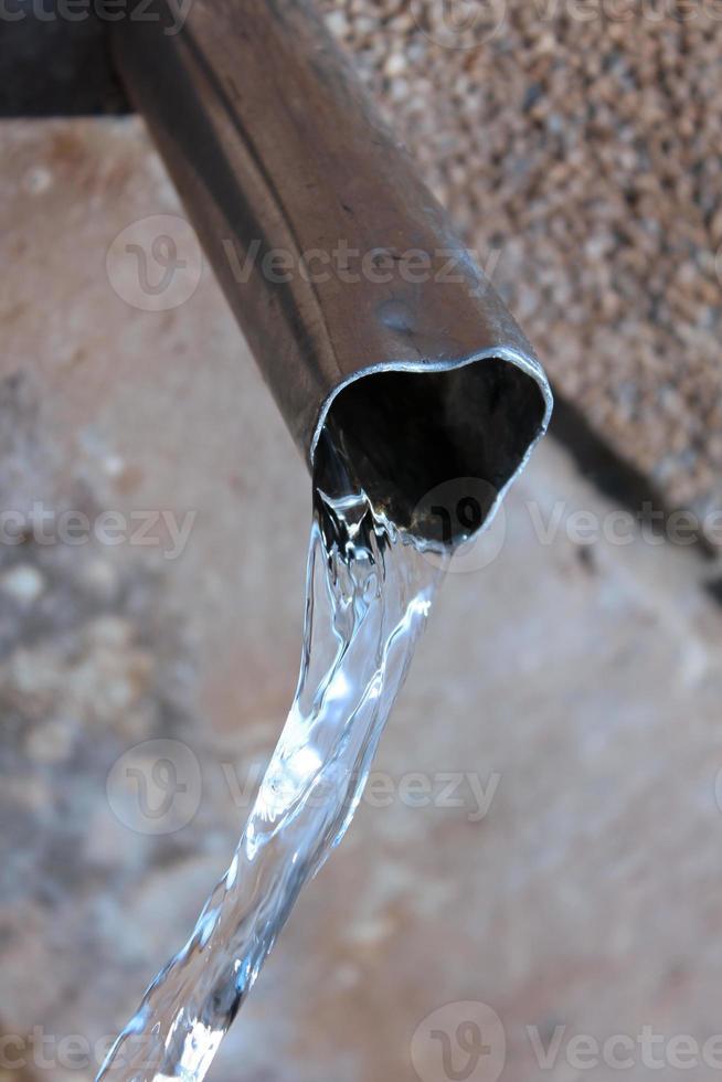 Trinkwasser und Metallrohr foto