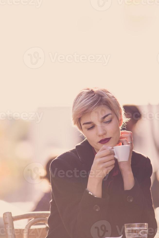 Frau trinkt Kaffee im Café foto