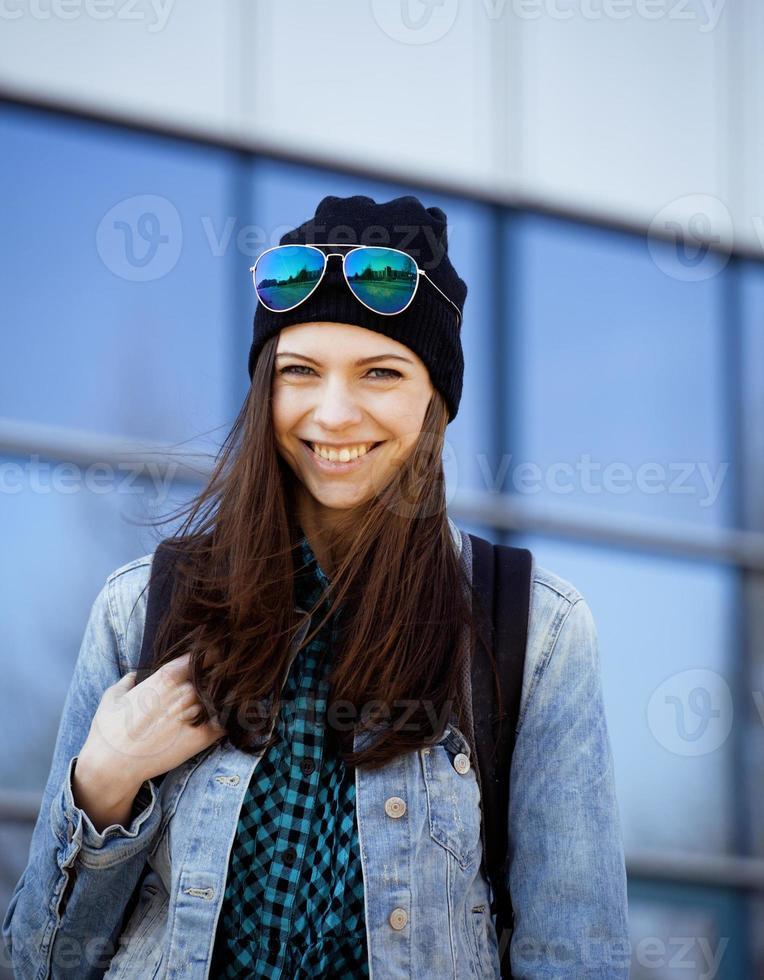 junges hübsches Mädchen nahe Geschäftsgebäude, das geht foto