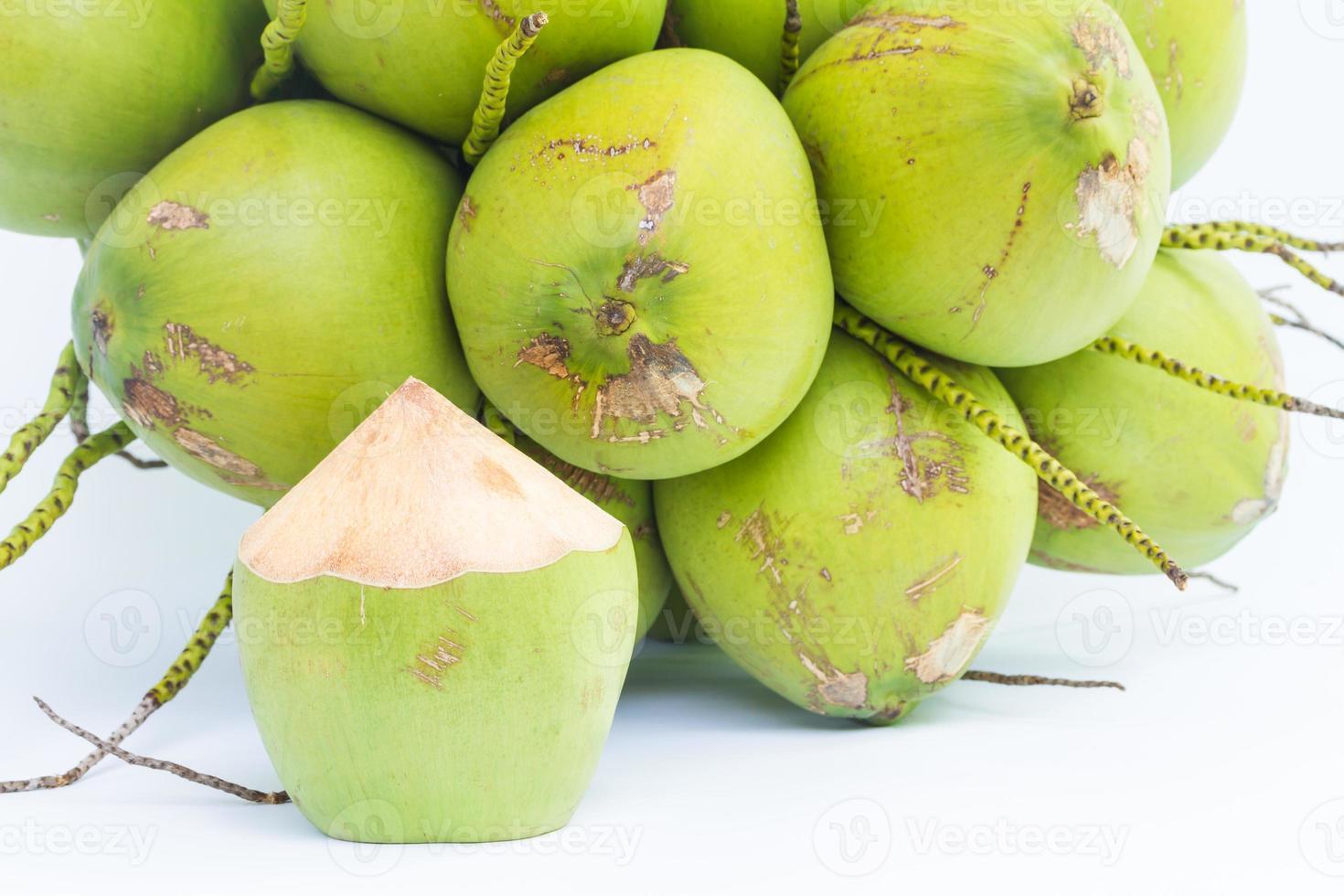 Kokosnussfrüchte zum Wassertrinken foto