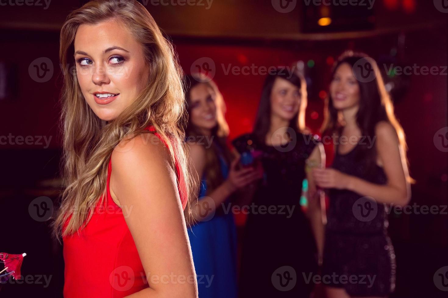 hübsches Mädchen, das einen Cocktail trinkt foto