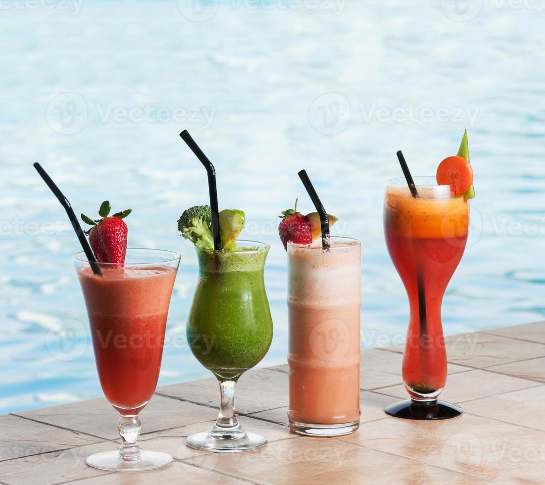 verschiedene Cocktailgetränke foto