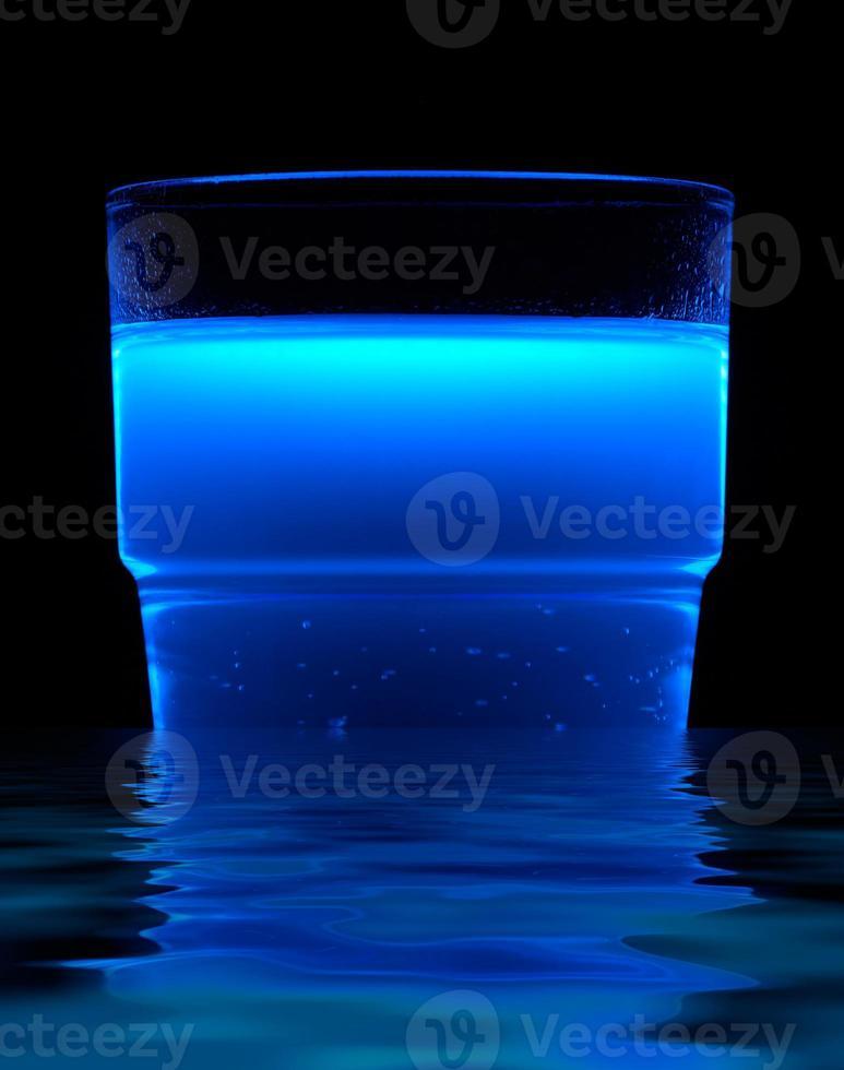 blau fluoreszierendes Getränk foto