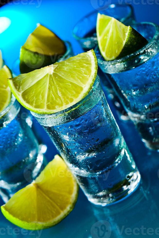 alkoholisches Getränk mit Limette foto
