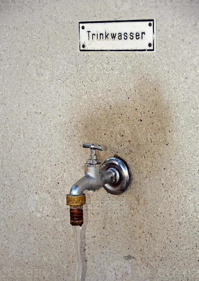 Wasserhahn mit frischem Trinkwasser foto