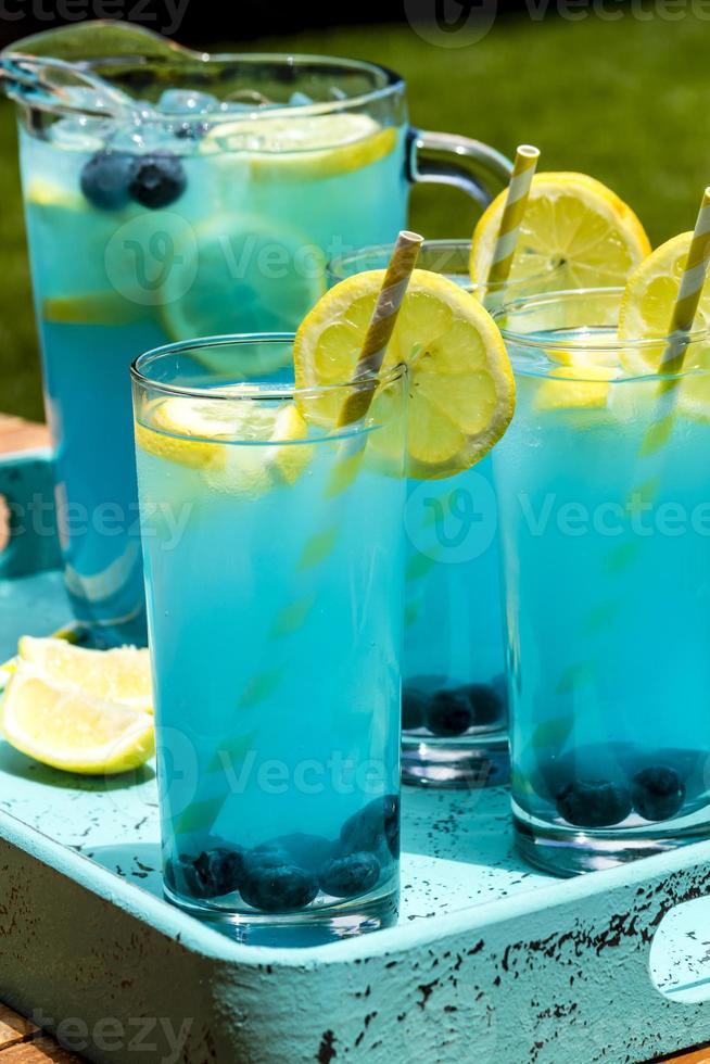erfrischende Sommergetränke mit Blaubeerlimonade foto