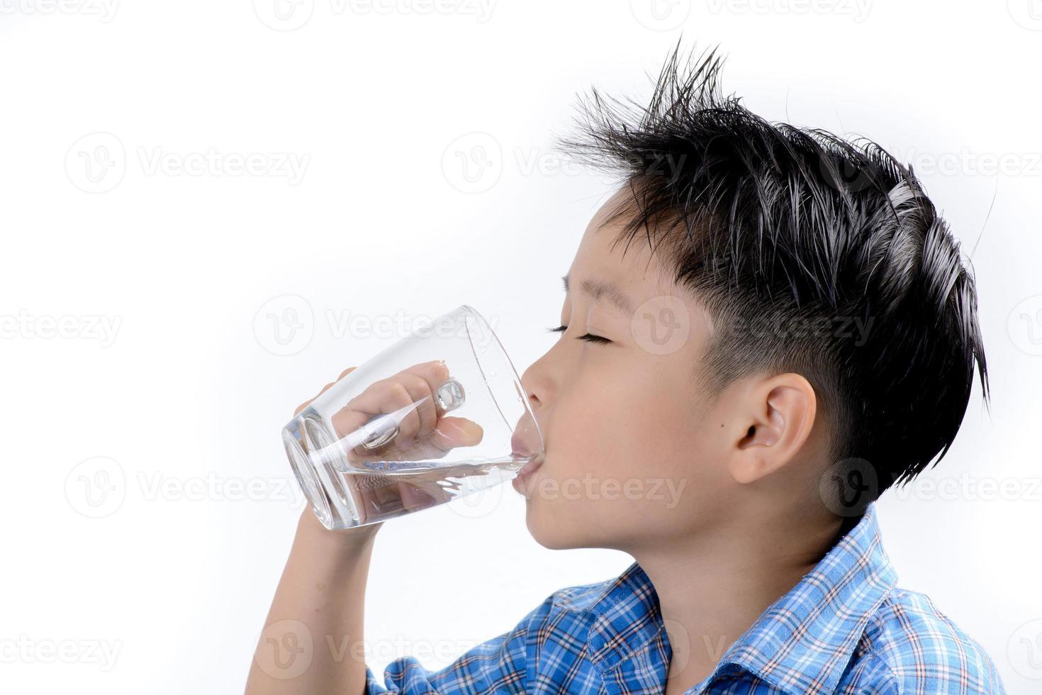 Junge trinke Wasser mit Medizin foto