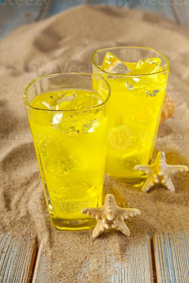 Getränke auf Sand und Brettern foto