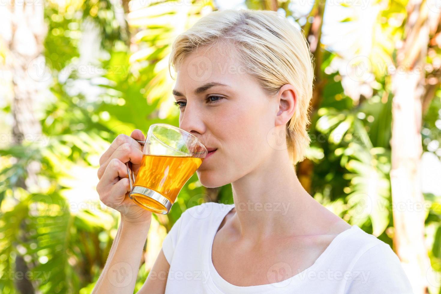 attraktive blonde Frau, die Tee trinkt foto