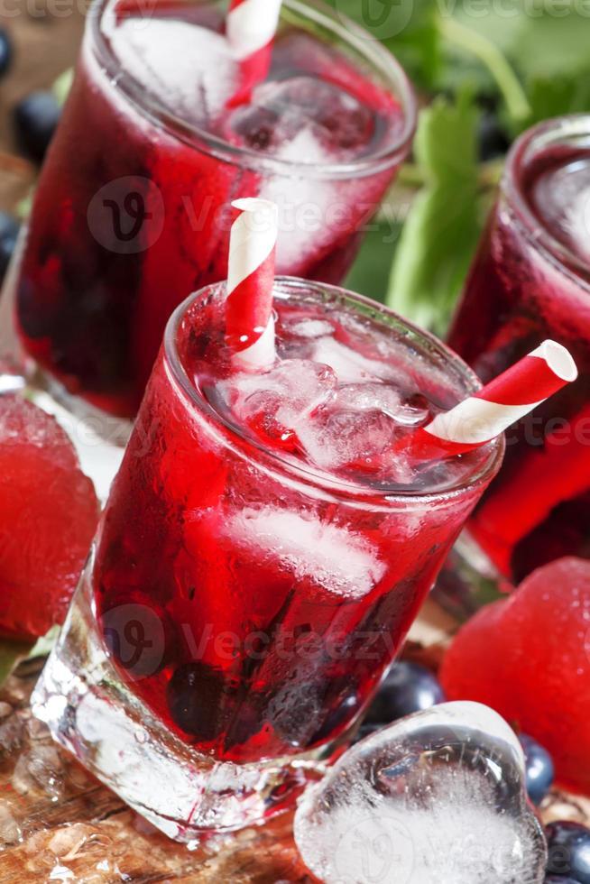 frisches Johannisbeergetränk mit Beeren foto