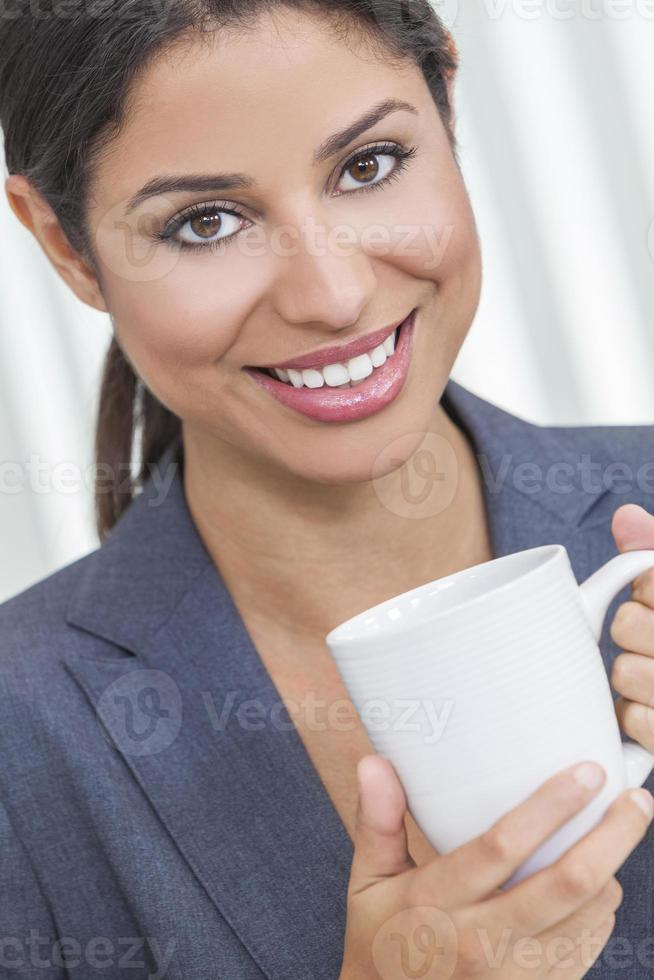 Frau trinkt Tee oder Kaffee foto