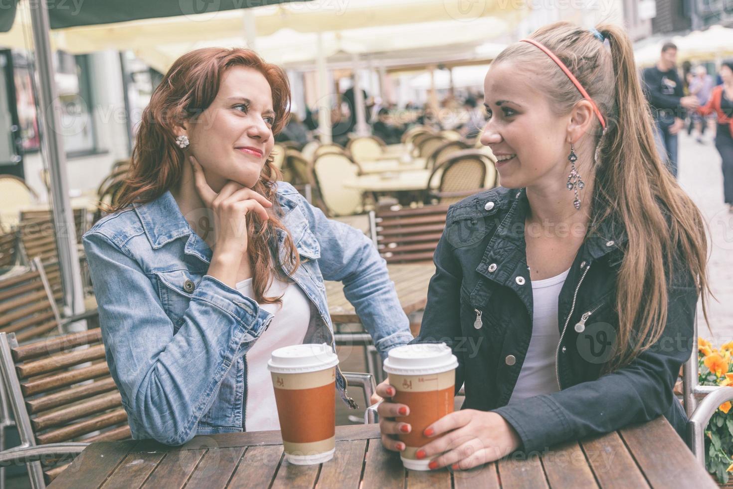 Teenager-Mädchen trinken an der Bar foto