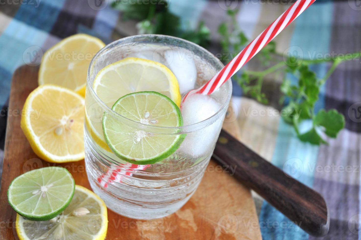 frisches kühles Getränk mit Limette foto