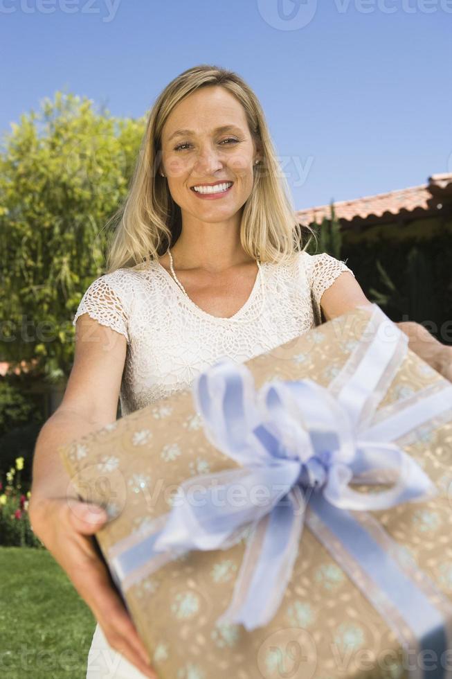 Frau hält Geburtstagsgeschenk foto