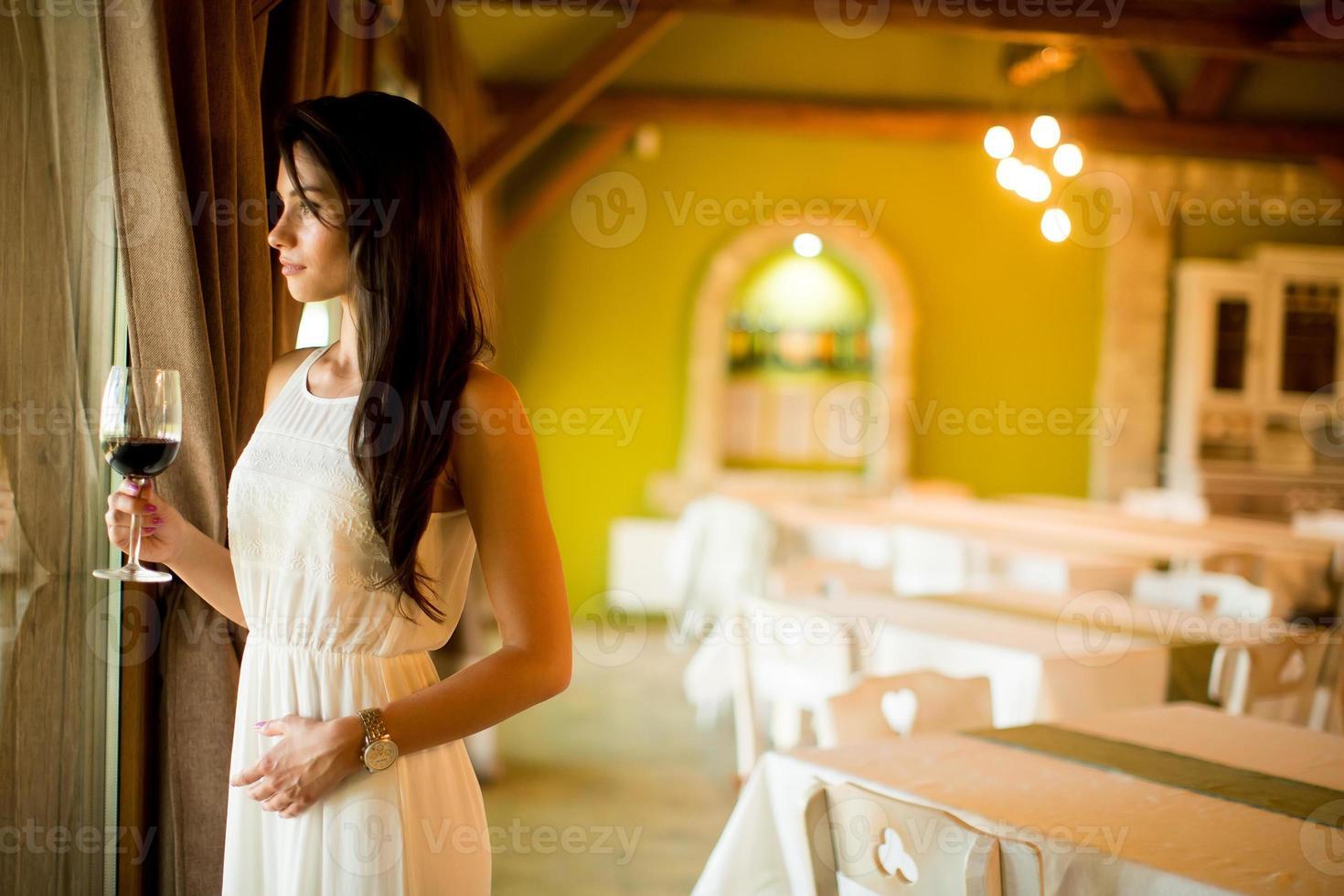 junge Frau mit Glas Rotwein foto