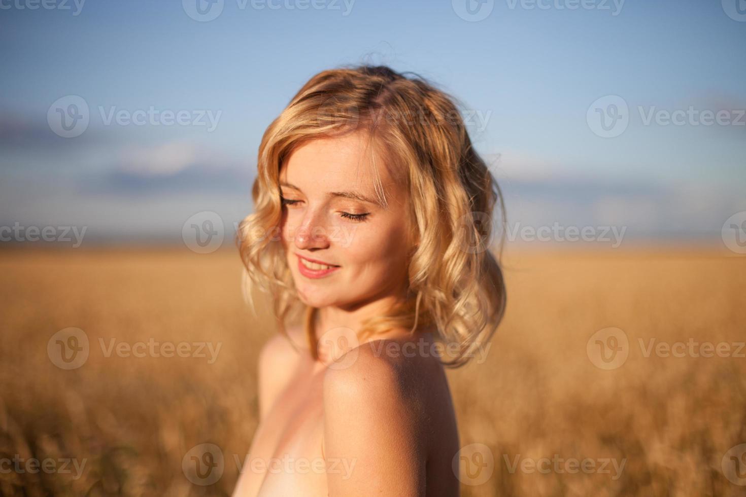 Frau im Goldfeld foto